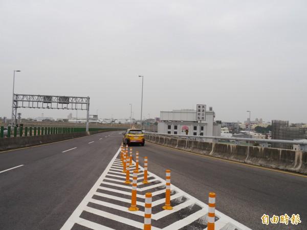 大甲交流道匝道匯入東西向三環路,是危險路口。(記者張軒哲攝)