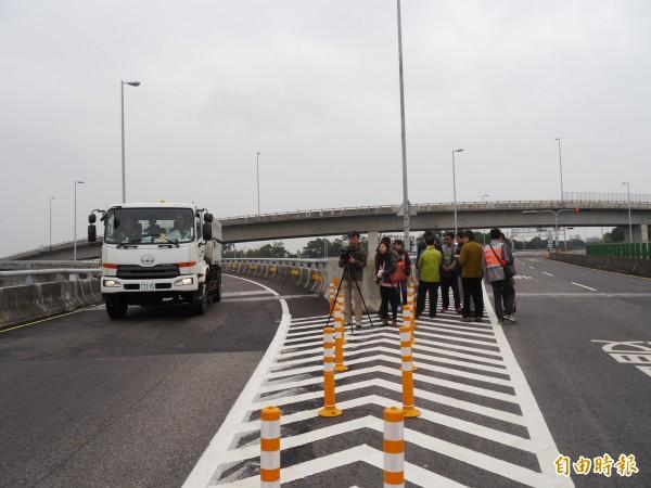 市府相關人員於大甲交流道匝道進行相關會勘。(記者張軒哲攝)
