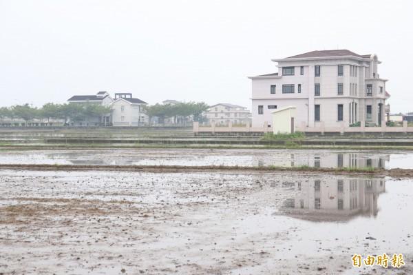 農舍的興建與農業設施容許申請的審查標準爭議,縣府要研擬辦法消弭爭議。(記者林敬倫攝)