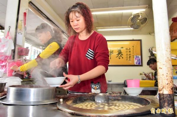 紅豆湯圓店老闆陳武助已交給兩位女兒接棒,讓這股老味道繼續傳承下去。(記者張議晨攝)