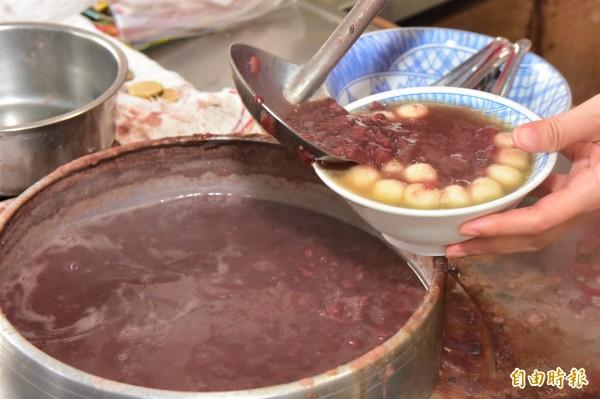 一碗熱呼呼的紅豆湯圓,在寒冷冬天暖胃又暖心。(記者張議晨攝)
