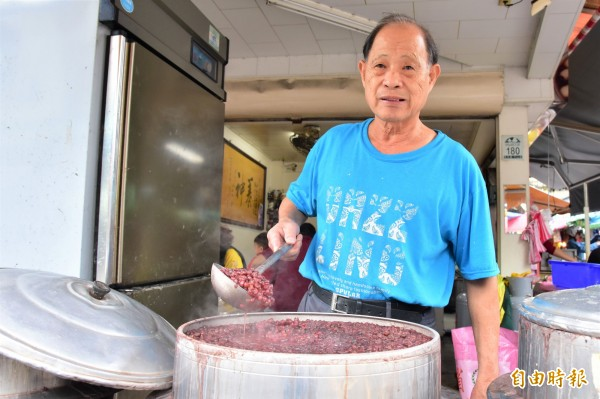 76歲的老闆陳武助,靠著紅豆湯及圓仔湯,在羅東市中心立足超過半世紀。(記者張議晨攝)
