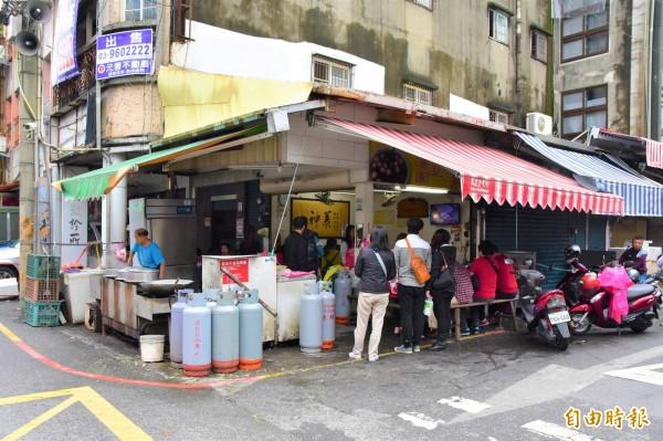 湯圓店位在羅東真中山路與中正街路口,入冬後人潮絡繹不絕。(記者張議晨攝)