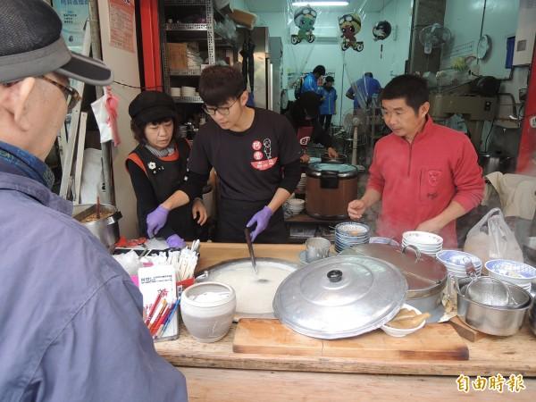 葉成豐(右)這幾年著手將麵線糊攤位傳承兒子。(記者陳燦坤攝)