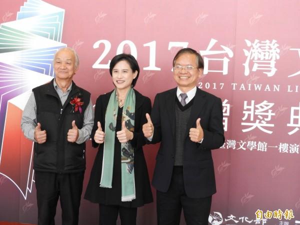 文化部長鄭麗君(中)、作家吳晟(左)與台灣文學館長廖振富(右)為今年文學獎典禮留下歷史鏡頭。(記者洪瑞琴攝)