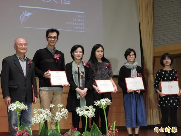 文化部長鄭麗君頒發文學獎入圍者。(記者洪瑞琴攝)