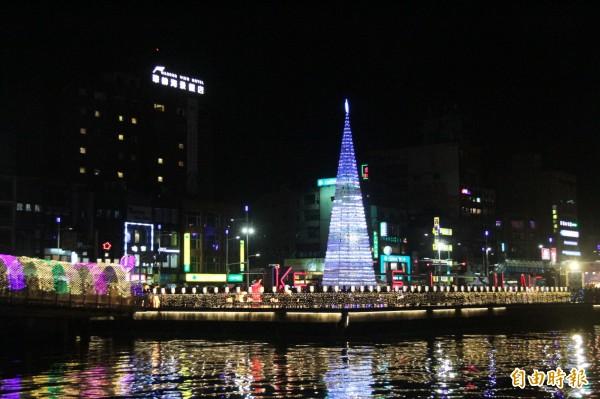 基隆市政府今年與在地教會合辦耶誕系列活動,晚間在海洋廣場點亮高17米、由7000個寶特瓶打造成的環保耶誕樹。(記者林欣漢攝)