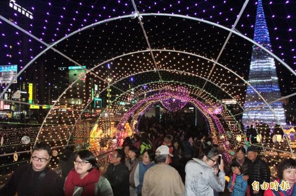 基隆教會精心布置,使海洋廣場綻放溫馨祥和的濃濃耶誕氣氛,民眾開心驚呼:「好像在歐洲!」(記者林欣漢攝)