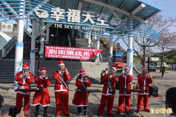 喜憨兒大器樂團與催生者林啟通,到國道清水服務區進行耶誕演出。(記者李忠憲攝)