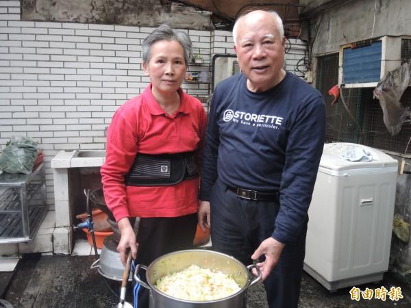 鍾福清和太太羅銀花每天一起準備潤餅捲的新鮮食材。(記者翁聿煌攝)