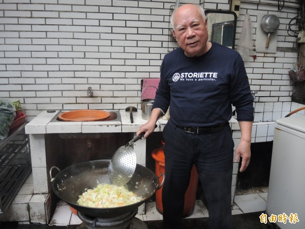 鍾福清說高麗菜炒過比較入味。(記者翁聿煌攝)