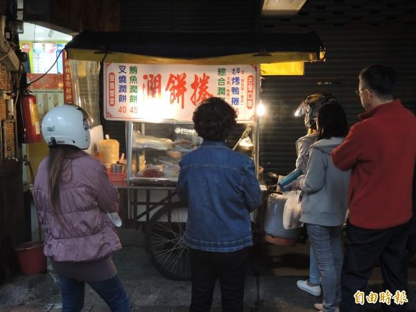 鍾福清的潤餅捲攤一開31年,是老顧客最難忘的味道。(記者翁聿煌攝)