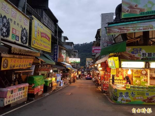 新竹縣內灣風景區的觀光人氣疑有下降,內灣老街在天候不佳時的確有些冷清。(記者蔡孟尚攝)