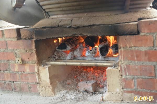 烤雞炭火也大有來頭,特別選用南部龍眼木。(記者王峻祺攝)