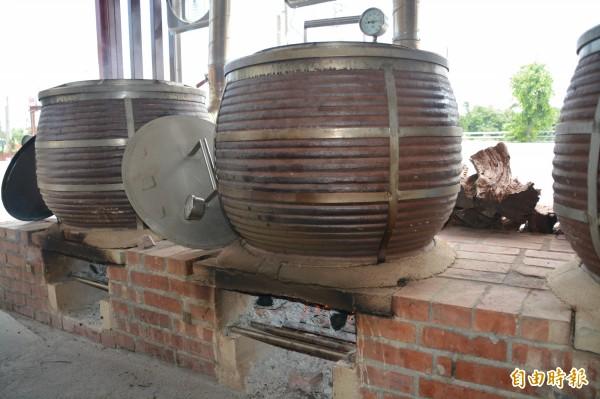 店內共有6個大甕缸,都是商請新北鶯歌老師傅訂做,燒烤過程主要是利用甕缸毛細孔及內部特製鋼爐,讓溫度保持恆溫,幫助水氣自然蒸發,原理就像阿嬤灶腳一樣,將熱循環完整包覆在甕缸裡。 (記者王峻祺攝)