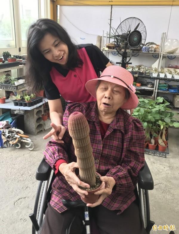 82歲的許阿嬤一臉驚訝看著,頻頻說讚。(記者陳冠備攝)