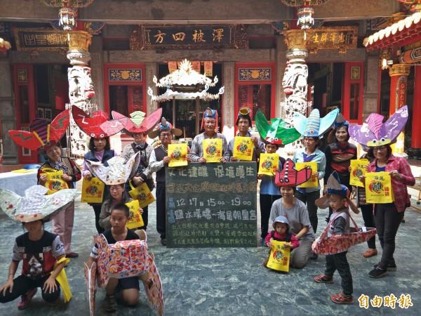 鄉親志工製作台灣暗蟬和環頸雉等環保面具及頭飾。(記者邱灝唐攝)