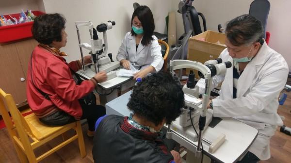 新北市提供65歲以上的長輩眼科檢查,發現近8成白內障。(新北市衛生局提供)
