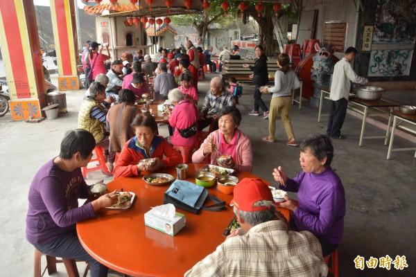 支持「老人共食」,認捐友善土地耕作的「尚水米」。(記者顏宏駿攝)