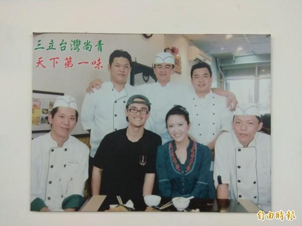 洪政勇(黑衣)獲得5位專業廚師(白衣)指導,成名的「無敵蘿蔔糕」充滿濃郁人情味。(記者洪定宏攝)