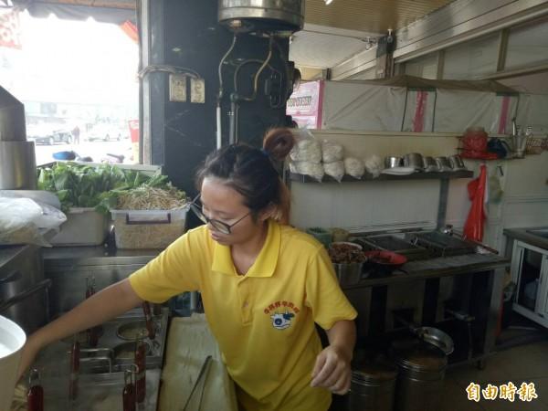 牛杯杯牛肉麵店在門口煮麵,衛生用料看得見。(記者張軒哲攝)