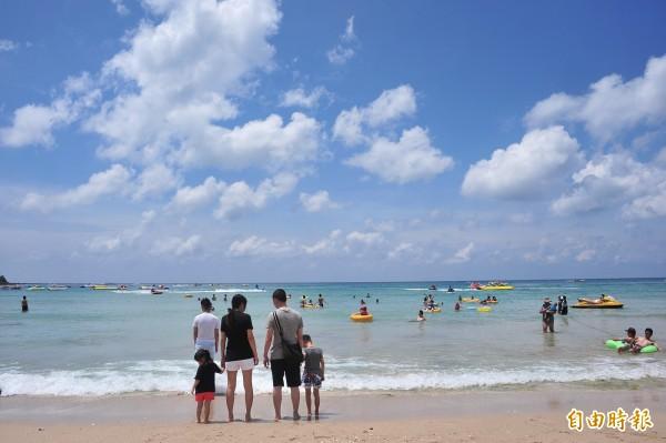 墾丁海灘依舊天藍。(記者蔡宗憲攝)