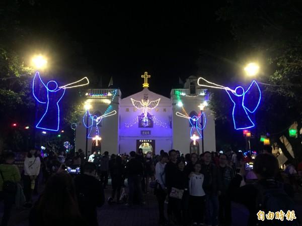 萬金聖母聖殿今晚點燈。(記者羅欣貞攝)