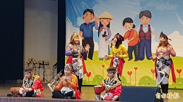 南市家庭教育中心等單位今日舉辦「新住民家庭親子多元文化體驗三部曲〜美食‧童玩‧闖關趣」,印尼親子表演傳統舞蹈。(記者王涵平攝)