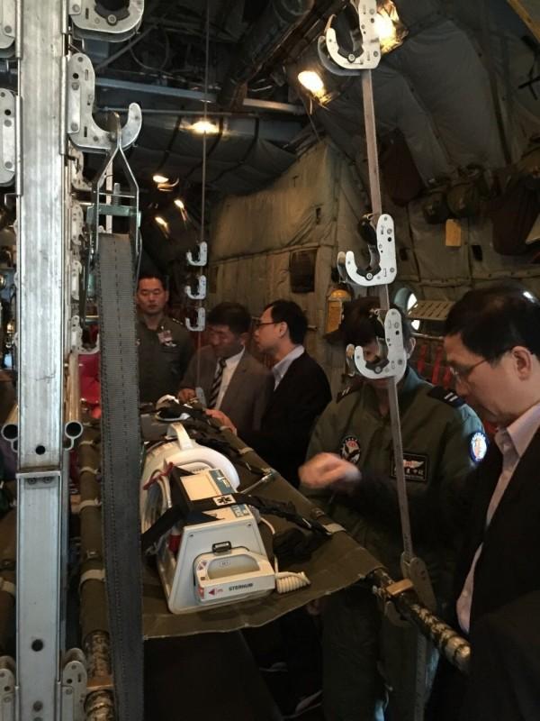 衛福部及2位災難醫療專家檢視C-130加護維生系統及運作狀況。(海巡署提供)