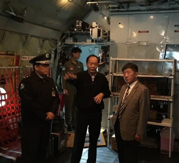 海巡署與衛福部於C-130飛機研討救護維生系統配置及重症傷患運送規劃。(海巡署提供)