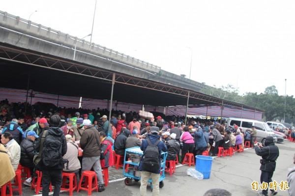 廖榮吉說,今年街友宴為除夕前一天設宴,辦四天到初二,總共請兩百桌。(資料照,記者鍾泓良攝)