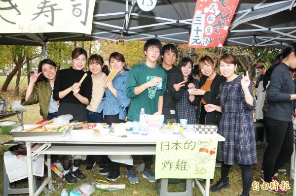 靜宜大學來自日本、泰國、墨西哥等國的國際學生,親自烹煮家鄉特色美食,吸引滿滿人潮,也讓離家求學的學子,品嚐家鄉美食。(記者張軒哲攝)