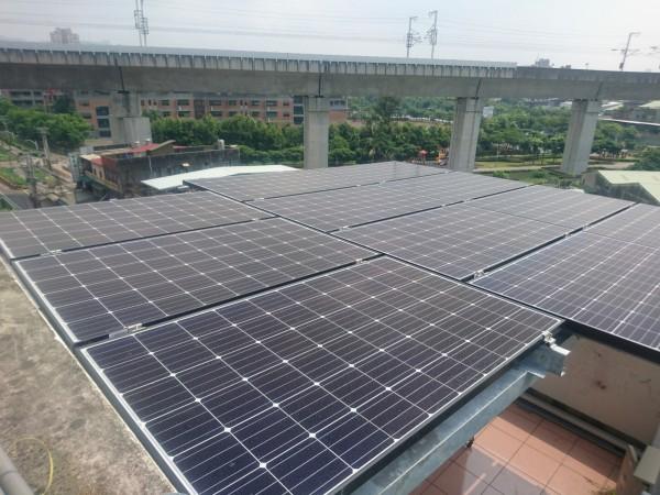 新北市透過提供設置補助方式,鼓勵民間廣設太陽光電發電系統,圖為申請補助案件設置實景。(新北市經發局提供)