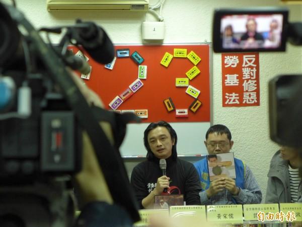全國傳播媒體產業工會理事長鄭一平表示,對於行政院長賴清德失望(手持麥克風者)。(記者李雅雯攝)