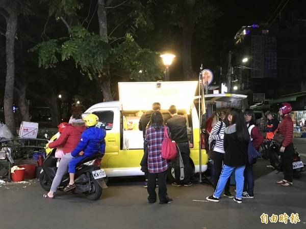新莊四維公園的「相遇轉餃」,從下午5點營業到深夜12點,常常可見人群圍繞著胖卡。(記者葉冠妤攝)