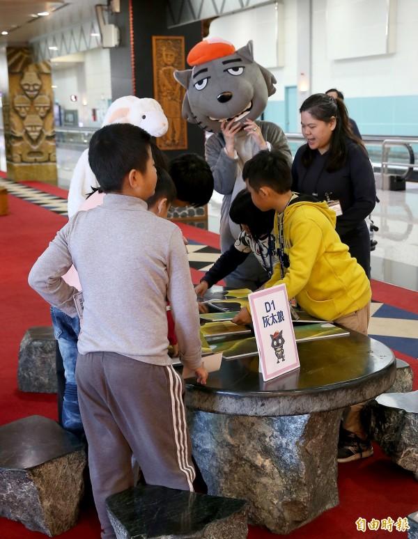 33名桃園市大園國小的學童今天前往桃園機場舉行校外教學,並在灰太郎等卡通人物陪伴下,開心參訪第二航廈主題候機室,玩闖關遊戲拿禮物。(記者朱沛雄攝)