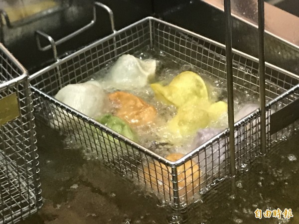 現炸五色水餃,外皮酥脆。(記者李容萍攝)
