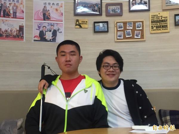 劉家宏(右)和學弟謝承恩(左)。(記者羅欣貞攝)