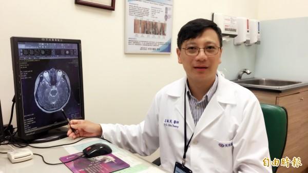 天晟醫院副院長莊毓民說,腦部組織開始受損時會產出類澱粉蛋白,抽血檢驗準確率高達八成。(記者周敏鴻攝)