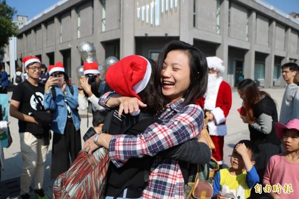 中山大學資訊管理研究所學生於耶誕邊前夕,在高雄街頭和駁二藝術特區擁抱陌生民眾,送佳節祝福。(記者黃旭磊攝)