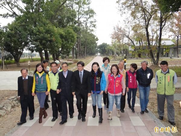 台南市代市長李孟諺(前排左五)與市府主管、議員、民代代表們漫步在甫開放的東區平實公園。(記者王俊忠攝)