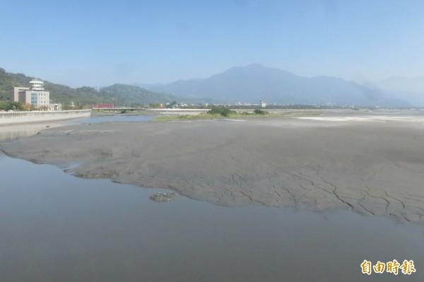 集集攔河堰管理單位表示,沙洲浮現是因供水與清淤在即所致。(記者劉濱銓攝)