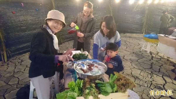 「台南好盟」在魚池底舉辦走秀及晚宴,行銷台南好物。(記者劉婉君攝)