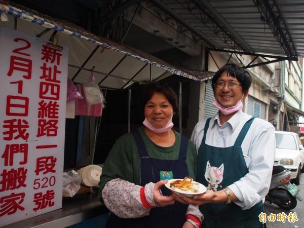 鄭貴松(右起)、鄭秋琴夫婦每天限量製作200斤蘿蔔糕,每天賣不到4小時就賣光。(記者王秀亭攝)