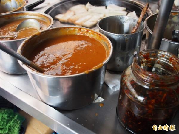 淋在蘿蔔糕上的醬料是鄭秋琴特製,也是攤位的特色。(記者王秀亭攝)