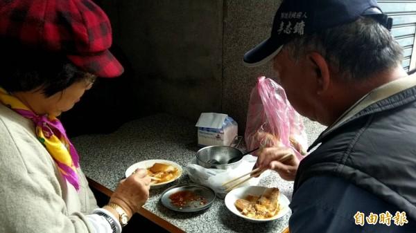蘿蔔糕攤常有老顧客光臨。(記者王秀亭攝)