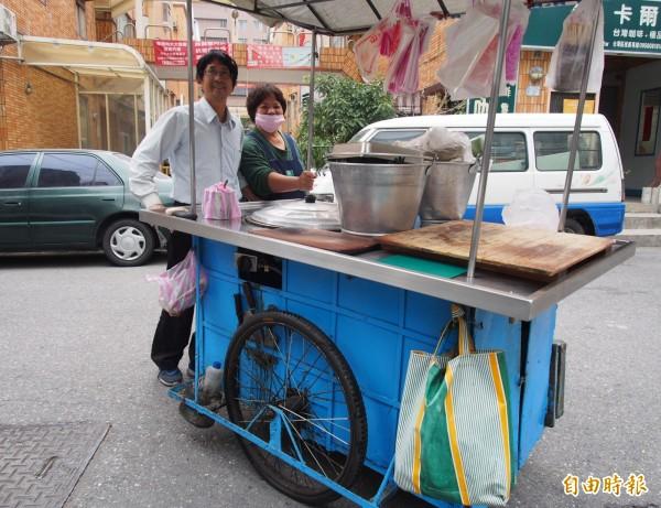 手推的蘿蔔糕攤已經有50年歷史,鄭貴松、鄭秋琴夫婦倆說還會繼續使用,象徵著傳承的精神。(記者王秀亭攝)