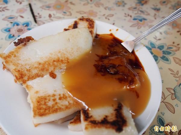 蘿蔔糕單純美味加上特製醬料,是許多台東市民必吃早餐。(記者王秀亭攝)