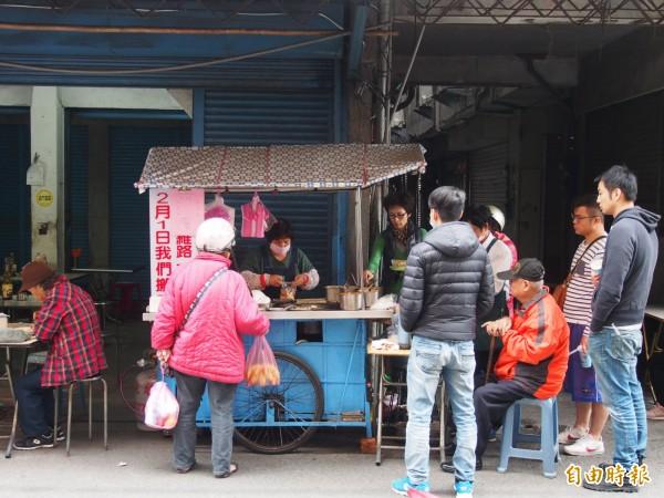QQ蘿蔔糕攤雖然隱身巷弄裡,每天仍有不少忠實顧客排隊等候。(記者王秀亭攝)