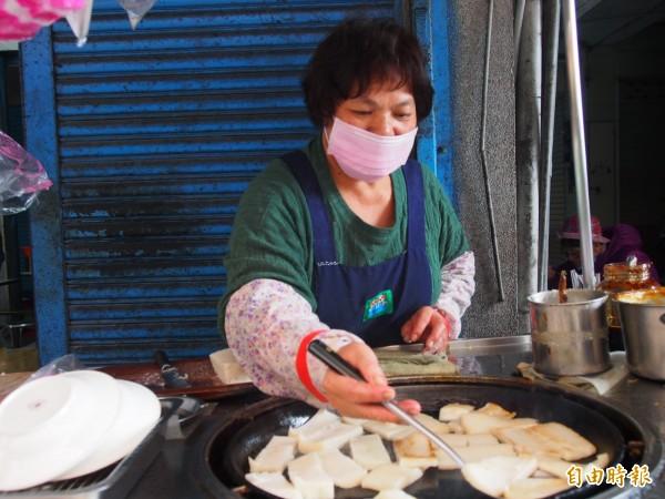 鄭秋琴承襲婆婆的蘿蔔糕作法,再加以改革,做出男女老幼都喜歡的蘿蔔糕。(記者王秀亭攝)